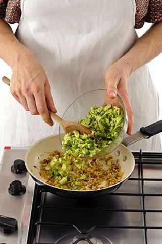 Paccheri con ragù di broccoli e noci Un piatto originale con la verdura di stagione e facile da preparare
