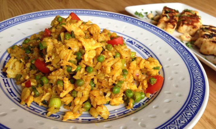 """Nasi is de Indonesische en Maleisische term voor gekookte rijst. In Nederland wordt de term nasi vaak gebruikt om nasi goreng aan te duiden. Nasi kan op verschillende manieren klaargemaakt worden. De bekendste zijn nasi goreng (""""gebakken rijst"""") en nasi kuning (""""gele rijst""""). Met behulp van dit recept kun je de traditionele Nasi Goreng klaarmaken in een hand omdraai."""