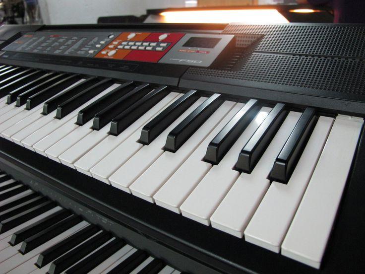 Синтезатор YAMAHA PSR-F50 61 клавиша, полифония 32 голоса, 120 тембров, 114 стилей, технология тон-генератора AWM Stereo Sampling, стерео акустичекая система 2.5Вт + 2.5Вт, пюпитр для нот, подключение наушников, блок питания в комплекте