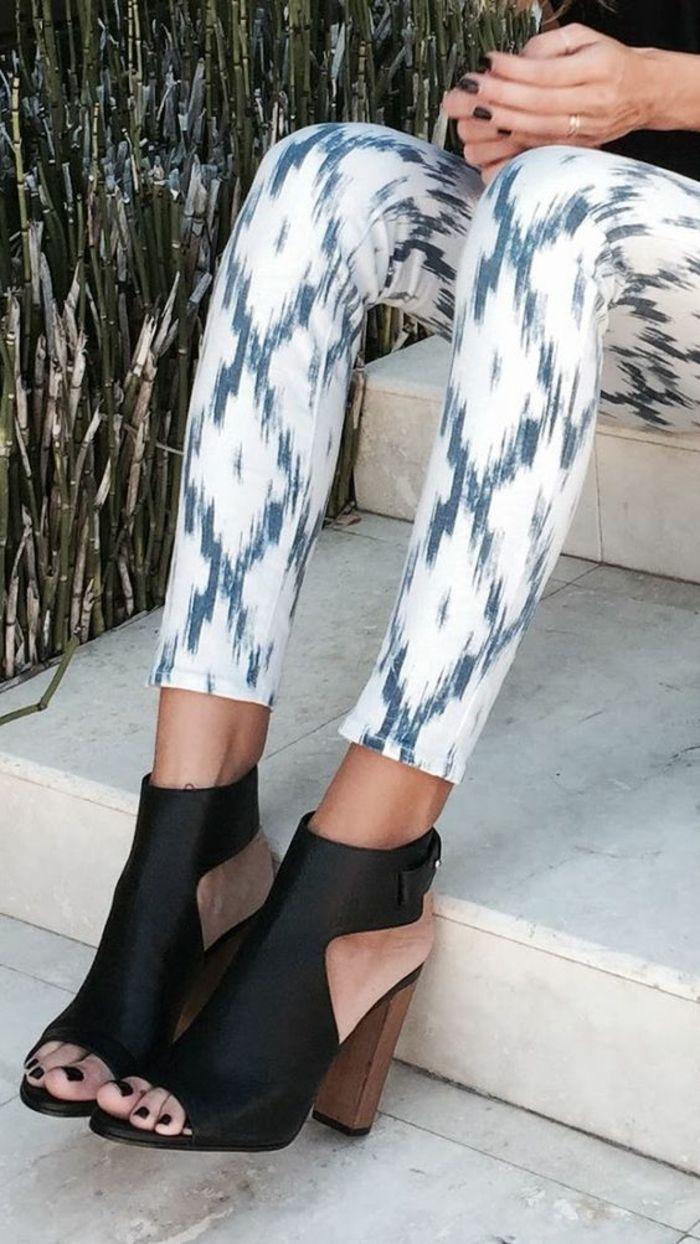 sandales femmes noires talons en marron clair avec des pantalons en bleu et blanc moulants
