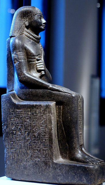 Estatua de Mentechenu - (Capitán de los guardias del faraón)   Fecxha: dinastía XVIII, 1450-1425 aC. Procedencia: Karnak y Tebas.  Ubicación actual: Neues Museum en Berlín