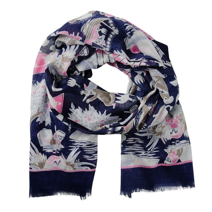 Beautiful Moomin scarfwith a printed pattern of Moomins.Material: 60% viscose and 40% modal. Delightful colours and exquisite details make sure you make an impression. Size: 90 x 180 cm.Lasessorin kaunis Muumi -huivi on60% viskoosia ja 40% modaalia. Ihastuttavat värit sekä kauniit yksityiskohdat varmistavat, että teet vaikutuksen. Koko: 90 x 180 cm.Vacker Mumin-scarf gjord av60% viskos och 40% modalfiber. Förtjusande fäger och snygga detaljer försäkrar att du gör ett intryck. Storlek…