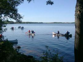 Miljön kring Vartorps Gård - Paddla kanot är en av många aktiviteter.
