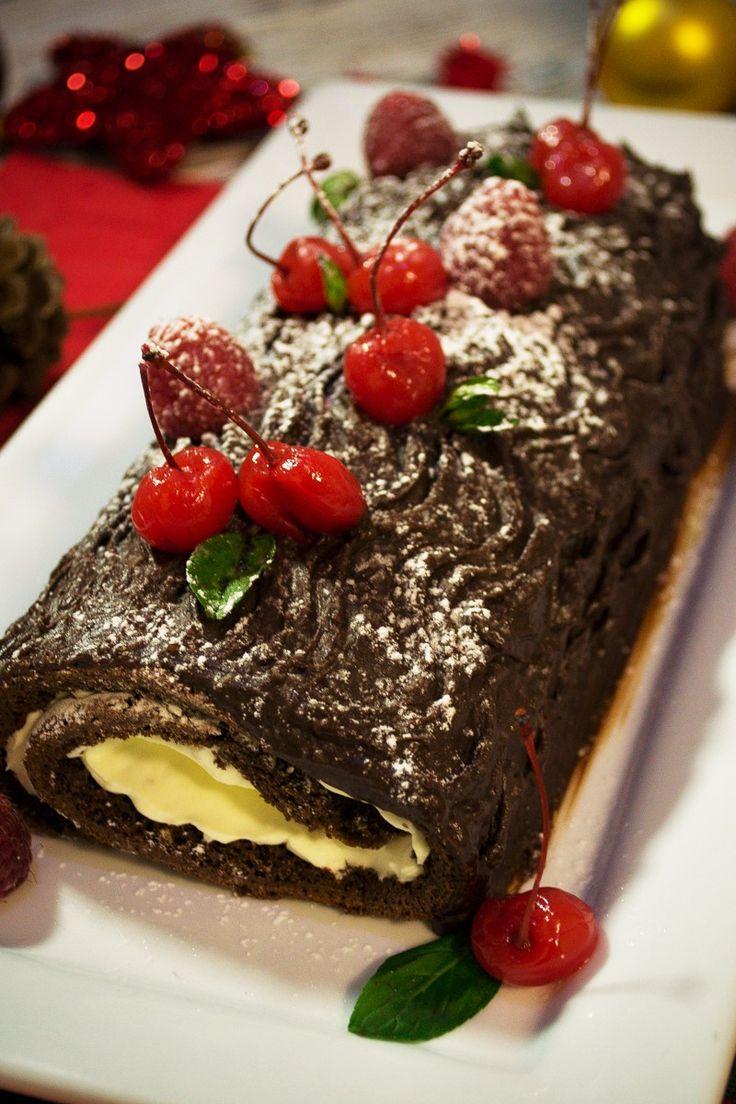 el tronco de navidad con chocolate es un tradicional postre para las navideas es