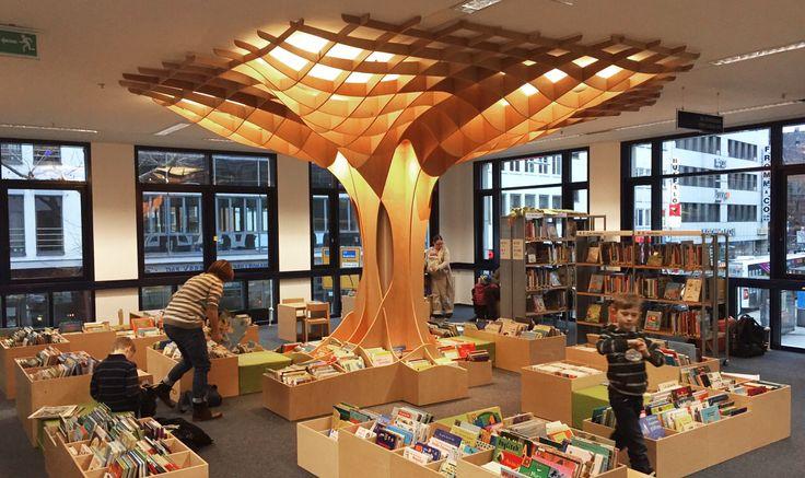 Eine Welt zum Träumen - für die Saarbrücker Stadtbibliothek wurde von OKINlAB eine tolle Installation entworfen und gebaut. Der Baum läd zum Verweilen ein und spendet durch integrierte Lichtleisten ausreichend Helligkeit.
