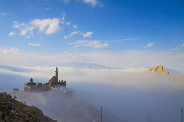 İshak Paşa Sarayı, sis altında büyüledi.