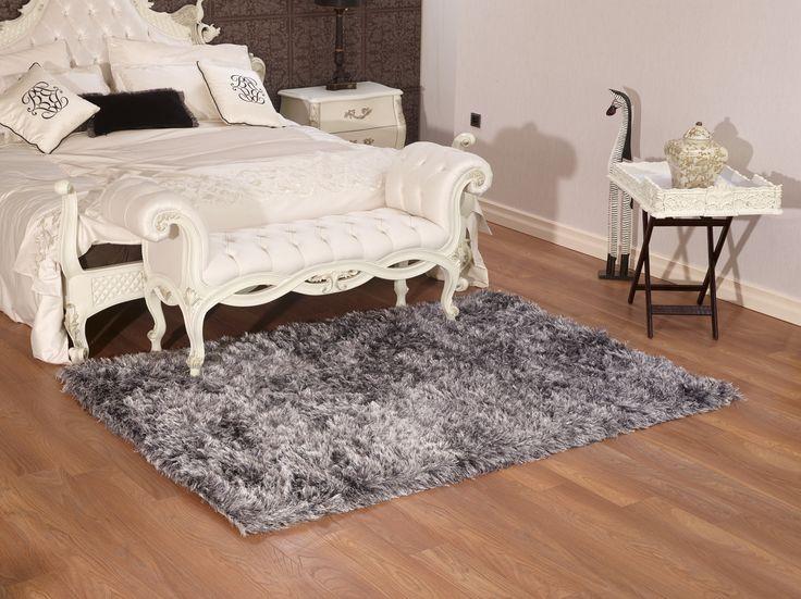 Uzun soft iplikler kullanılarak dokunan halılarımız yatak odalarınız için ideal.