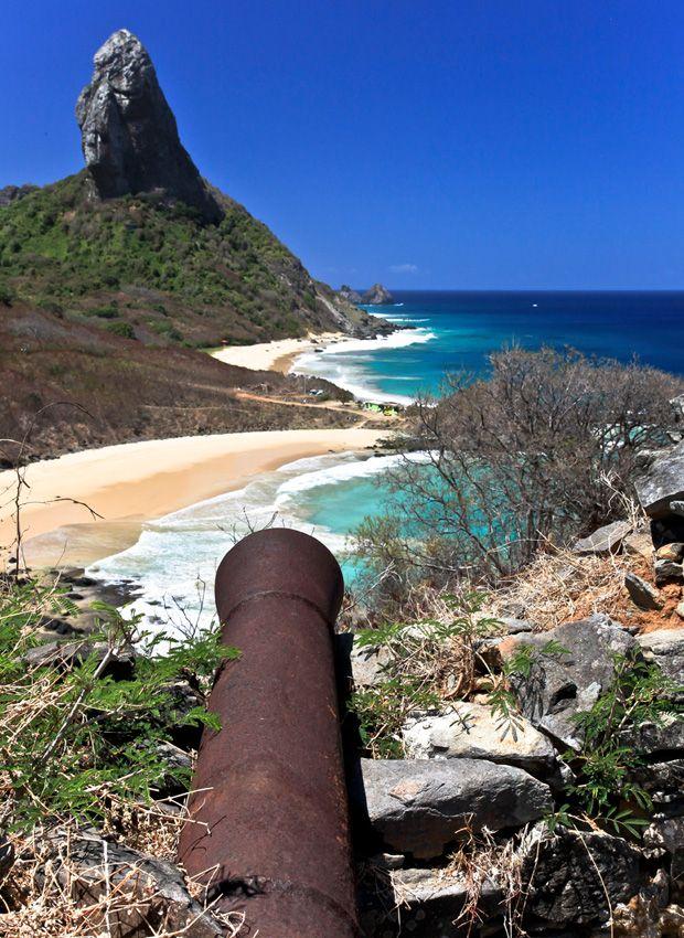 Canhão no Forte dos Remédios, no arquipélago de Fernando de Noronha, pertencente ao estado de Pernambuco, Região Nordeste do Brasil.