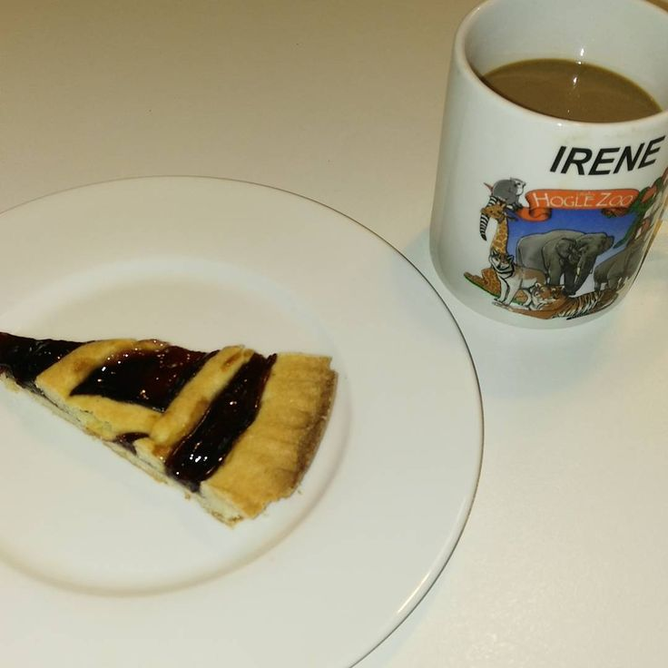 Good morning!! Io vado sul classico, caffè lungo macchiato con latte scremato e crostata fatta da mia suocera ☕