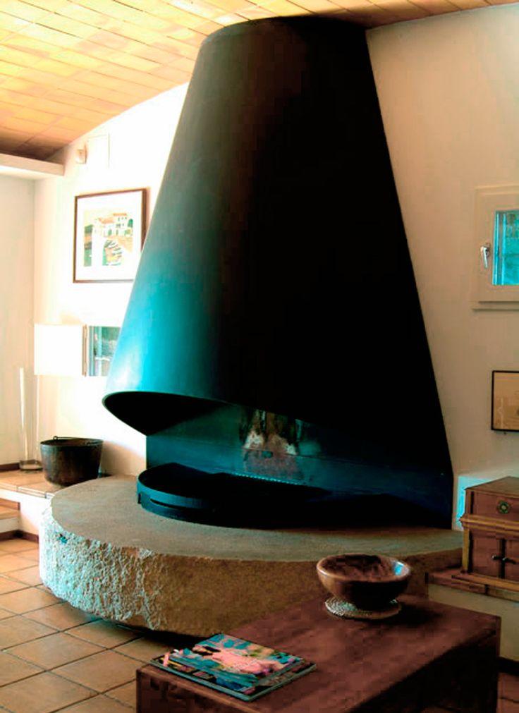Chimeneas Clasicas | CARMELO BLANCO Campana metálica circular y espectacular base de piedra.