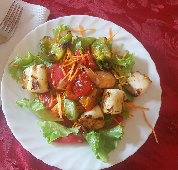 Gamberi e polipo alla griglia su un letto d' insalata con carote pomodorini,peperoni verdi e rosse alla griglia con un filo d'olio di cocco