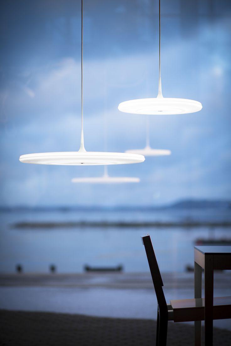 Kerainterior – Tip-valaisimissa yhdistyy uusin LED-tekniikka ja perinteinen materiaali opaaliakryyli. Ohut, keskeltä 50 mm paksu, reunoille kapeneva akryylilevy jakaa valoa kauniisti sekä alaspäin että myös ylöspäin. Levyn keskellä oleva nipukka tuo mieleen tasolle tipahtavan pisaran juuri ennen sen leviämistä alustalleen. #habitare2014 #design #sisustus #messut #helsinki #messukeskus