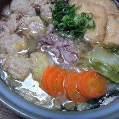 コンソメちゃんこ鍋 今夜の男のお家夕ご飯 コンソメ味のスープに、豚のバラ肉と鶏肉のミンチをぶっ込み、後は、冷蔵庫の中の野菜やきのこ類など入れ、締めに、中華そばを 白ご飯が、進みました #コンソメちゃんこ鍋#男のお家夕ご飯#白ご飯#豚バラ肉#鶏肉のミンチ#野菜#きのこ類#中華そば