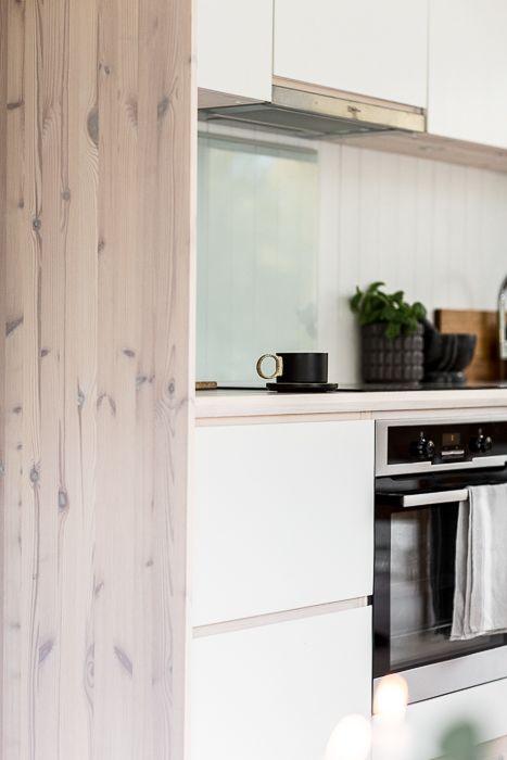 Snickeribyggt kök i modulbyggt sommarhus. www.sommarnojen.se #fritidshus #sommarhus #kök #snickerier #naturligamaterial