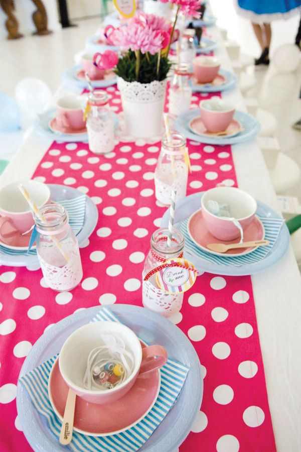Alice in Wonderland Tea Party with a Vintage Twist: Polka Dots, Tables Sets, Theme Parties, Alice In Wonderland, Tables Runners, Parties Ideas, Parties Tables, Picnics Parties, Wonderland Teas Parties