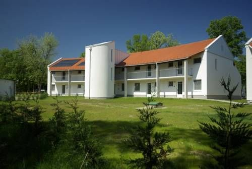 Termál Kemping Apartmanok és Bungalók Harkány Surrounded by greenery, Termál Kemping Apartmanok és Bungalók in Harkány can be found 300 metres from the thermal spa. The elegant apartments have kitchens and free internet access.