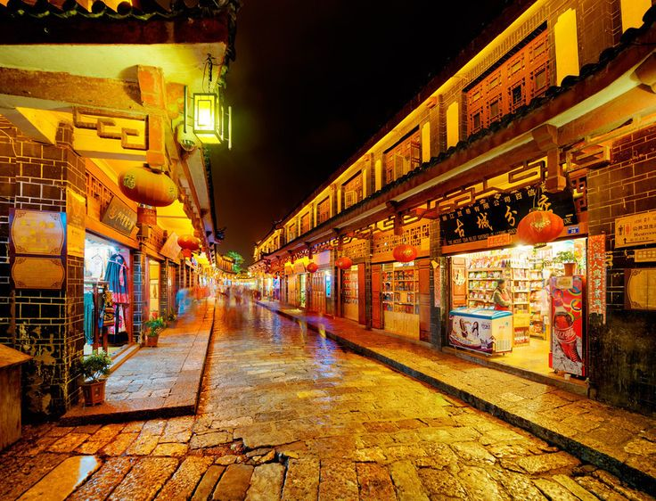 Here's a view of the epic town of Lijiang China at night right before all the shops were about to close. #nightphotography #streetphotography #lijiang #china