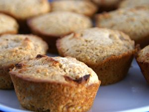 Een muffin is een cakeje in Amerika, in Engeland is een muffin een broodje. Wij maken in dit recept een echt gezonde muffin uit Amerika met vruchten en zemelen. Heel goed voor de spijsvertering. Zemelen zijn te koop bij de goede supermarkt. Voor een iets minder gezonder versie serveer je de muffin met een lekker toef slagroom.