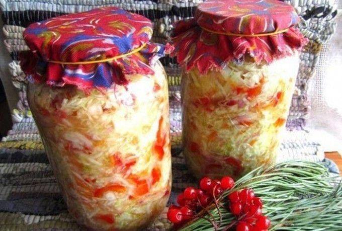 Zelný salát s paprikou, cibulí a mrkví