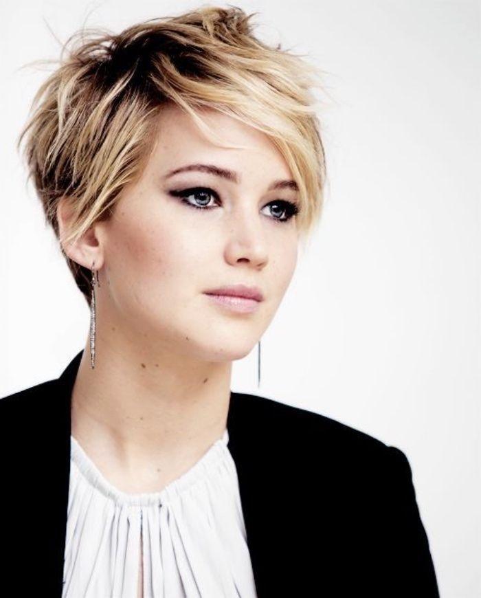 Jennifer Lawrence, idée de coupe courte femme, cheveux balayage, frange asymét…