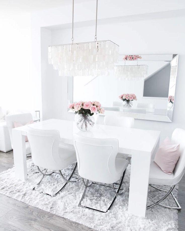 Iso peili ruokailutilassa tuo valoa ja lisää syvyyttä. Samalla se heijastaa kauniisti tilan vähäisetkin yksityiskohdat näyttävämmin esiin.