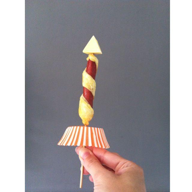 Traktatie: raket gemaakt van knakworst met bladerdeeg en een stukje kaas