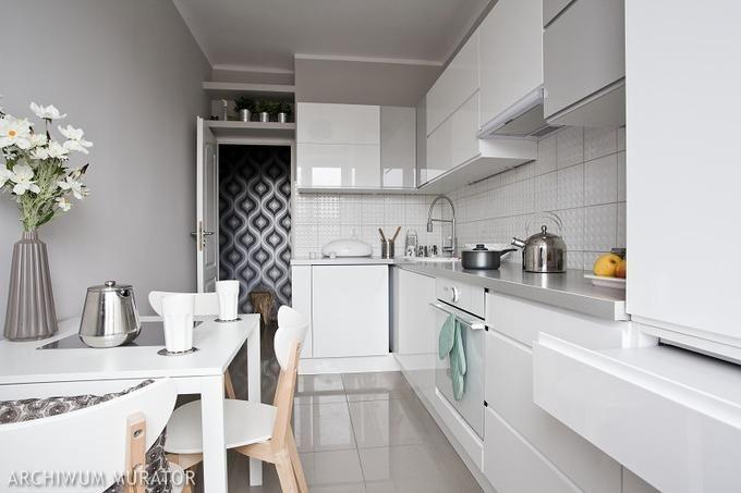 Szare płytki podłogowe w białej kuchni