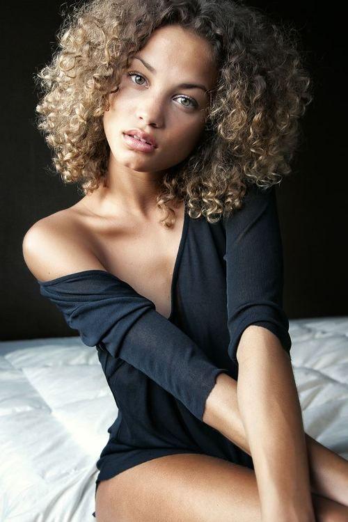 I love her hair color, I kinda want mine like this.