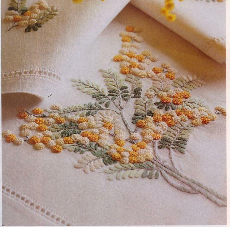 Tovaglia in lino ricamata a mimosa