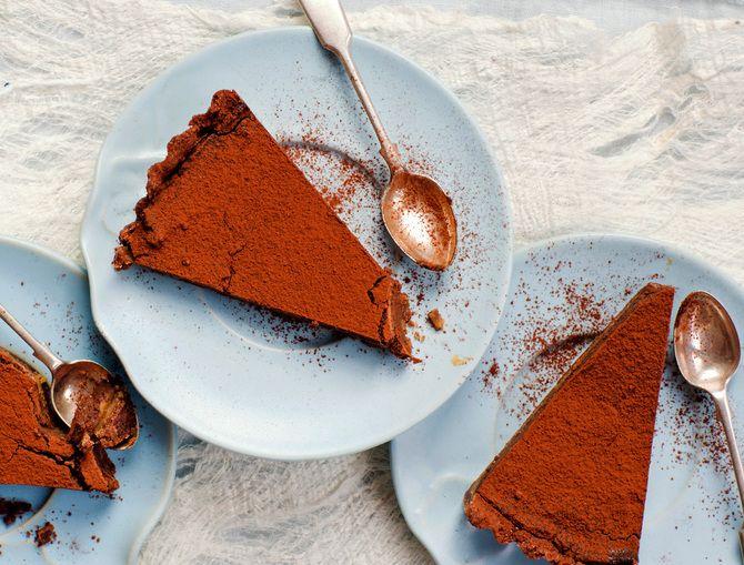 Tämä kinuski-suklaapiiras saattaa olla paras suklaaleivonnainen ikinä.