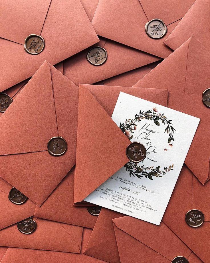 Herbsthochzeitseinladung mit handgefertigten Umschlägen aus Ton und Wachs