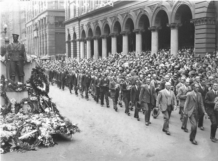 Soldiers march past the Cenotaph in Martin Place. Photographed by Ted Hood in 1931. Mitchell Library, State Library of New South Wales : http://www.acmssearch.sl.nsw.gov.au/search/itemDetailPaged.cgi?itemID=44018