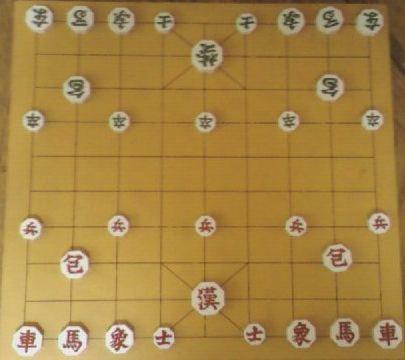 [Janggi]   Janggi atau catur Korea merupakan permainan dari korea yang dimainkan oleh dua orang dan termasuk dalam permainan papan berstrategi sekelompok dengan catur, shogi dari Jepang, dan xiangqi dari Tiongkok. Permainan ini menggunakan bidak-bidak, mirip dengan catur. Terdapat bidak raja, patih, gajah, kuda, benteng, dan prajurit. Bidak raja dalam catur Tiongkok hanya bisa dijalankan di empat kotak, konon sesuai dengan fungsi raja yang boleh keluar di lingkungan istana saja.