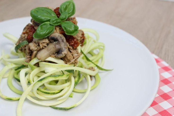 Recept voor doordeweeks: courgetti met tonijn! Spagetti van courgette met een saus van tonijn en rode pesto. Lekker makkelijk en enorm gezond!