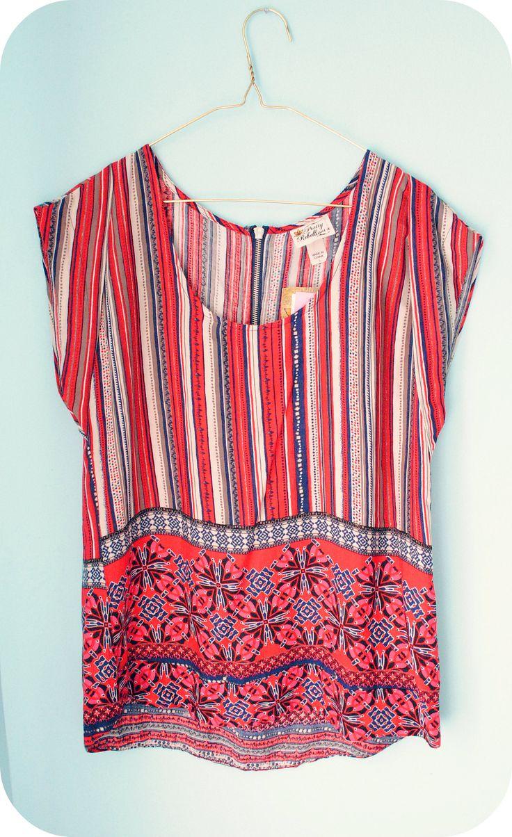 Blusa con estampado en color rojo, azul y blanco