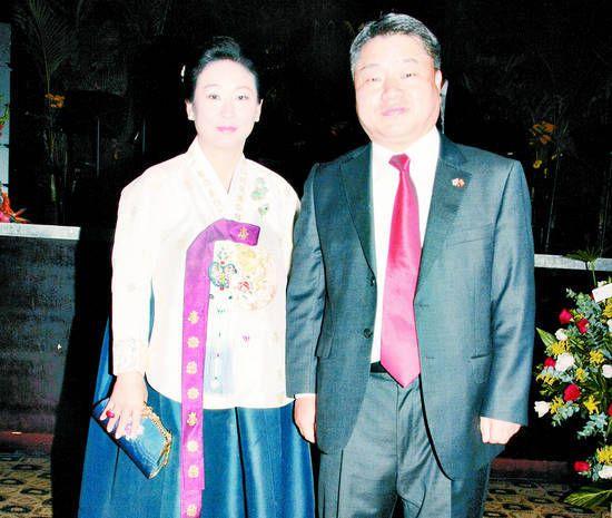 La República de Corea celebró su Día Nacional y lo hizo con una recepción meridiana en el salón Plaza Real del hotel Eurobuilding. Encabezó la línea protocolar el embajador de esa Nación asiática, Dal-young Maeng, acompañado de su esposa, Mi Sung (...)
