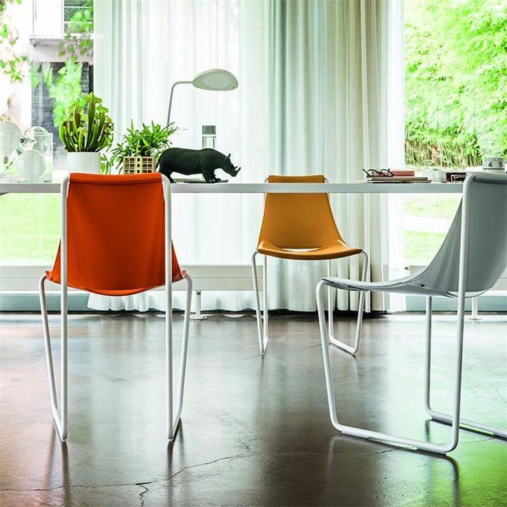 Vite ! Achetez votre Chaise en cuir orange design pied traineau blanc de qualité sur CDC Design. Payez en 3x ou 4x sans frais ! Livraison gratuite dès 750€ d'achat.