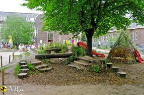 Buiten spelen zoals ik het graag zie. Op een plein die uitnodigt tot avontuurlijk spelen!