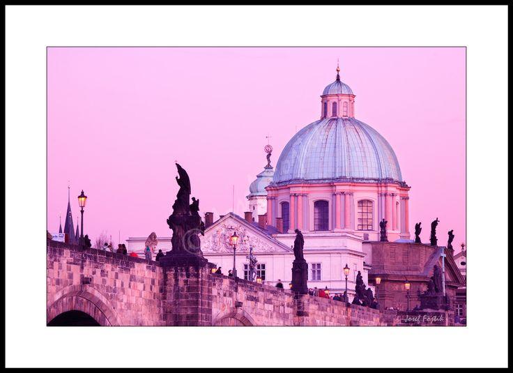 Fotoobraz - Karlův most a kopule kostela svatého Františka Serafínského, Praha, Česká republika. Foto: Josef Fojtík - www.fotoobrazarna.cz - https://www.facebook.com/Fotoobrazarna.cz