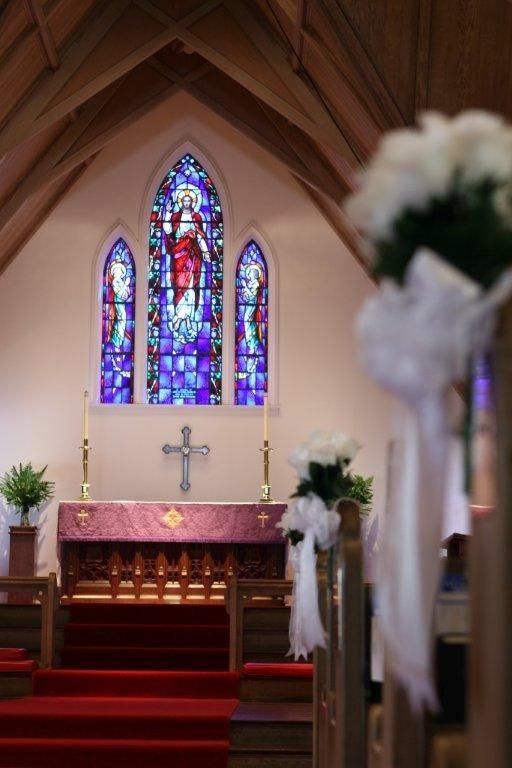 ステンドグラスの色彩が教会内をより彩ります