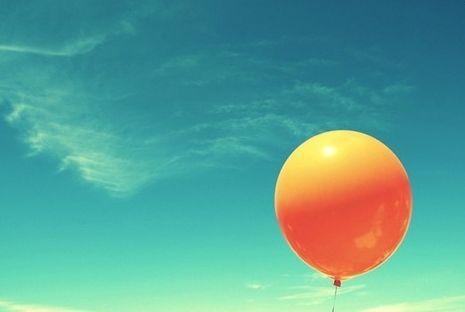 Warme-koud contrast. De oranje ballon is de warme kleur en daar tegen over staat de koude kleur het blauw/groene van de lucht. Daarnaast is dit ook een complementair contrast oranje tegenover blauw/groen