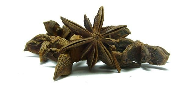 Ο αστεροειδής γλυκάνισος έχει σχήμα αστεριού με καφέ χρώμα. Στα κινέζικα η λέξη σημαίνει «μάραθος με οχτώ κέρατα». Βοτανολογικά, δεν έχει καμία συγγένεια ούτε με το μάραθο, ούτε με το γλυκάνισο.