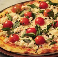 Pizza Caseira com Tomate Cereja, Queijo e Chouriço - http://www.receitasja.com/pizza-caseira-com-tomate-cereja-queijo-e-chourico/