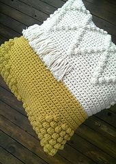 Fun and funky pillow | crocheted pillow | crocheted interior | heklet pute | heklepute | popcorn | heklet popcorn | crochet pattern