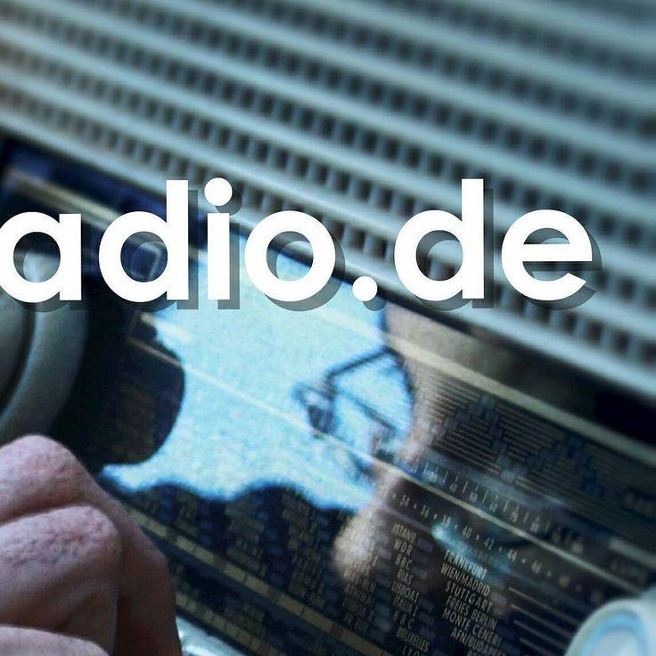 #live im #prenzlauerberg #raumerstrasse 39 wird die #radio show für #deutschsprachige #pop #rock #songs von #bastianleejones moderiert auf www.rockradio.de. schaltet ein....kommt rum....seht auf #facebooklive mit zu! #charts und neuvorstellungen und live #performance von der #berlin #band #edelstern ...#insta it!