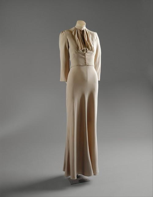 19-11-11 Duchess of Windsor wedding dress, Mainbocher silk, 1937 (front)