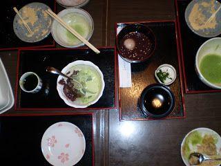 Traditionelles japanisches Essen, das zum Macha-Tee gereicht wird. Furchtbar bitterer Tee mit furchtbar süßen Speisen.