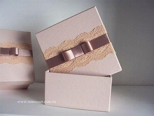 Lembrancinha Madrinhas de Casamento: Caixa nude com renda e laço chanel.