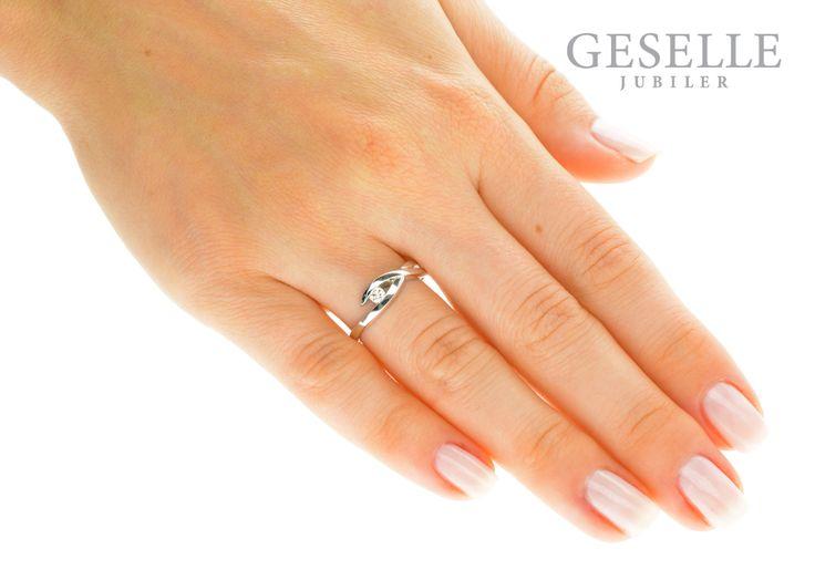 Zaręczyny w fantazyjnym stylu! - pierścionek z białego kruszcu z lśniącym brylantem 0,08 ct - GRAWER W PREZENCIE | PIERŚCIONKI ZARĘCZYNOWE \ Brylant \ Białe złoto od GESELLE Jubiler