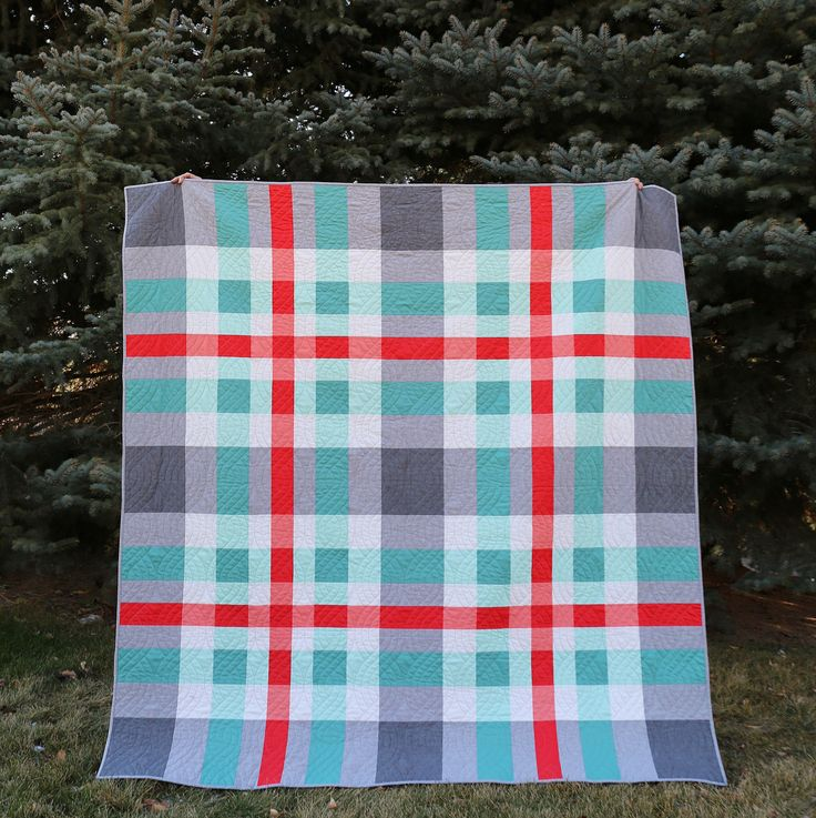 My Tartan quilt is done and I LOOOOOOVE it!!! I love the simplicity of this pattern, the color scheme, and the perfect cable quilting (thanks Debbie @hobblecreekquilting)!! I backed it with cozy Shetland flannel by @robertkaufman and it has been perfect on these cold nights we've had lately. ❄️ The pattern is by @modernquiltingbyb and is available in the Winter 2016 issue of the Modern Patchwork magazine. All fabric and color information are included in the magazine. Thanks for a fun pattern…